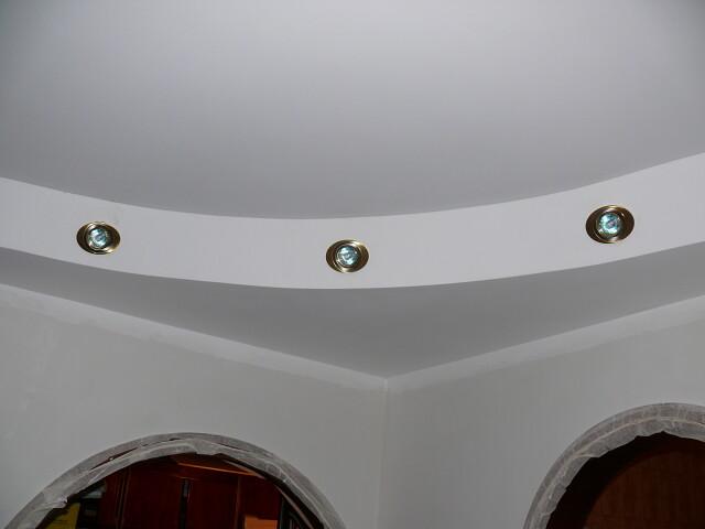 Завершена работа установки многоуровневого потолка в коридоре.
